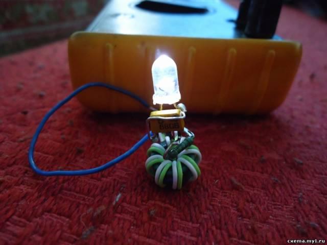 Импульсное питание сверх-яркого светодиода от одной батарейки.