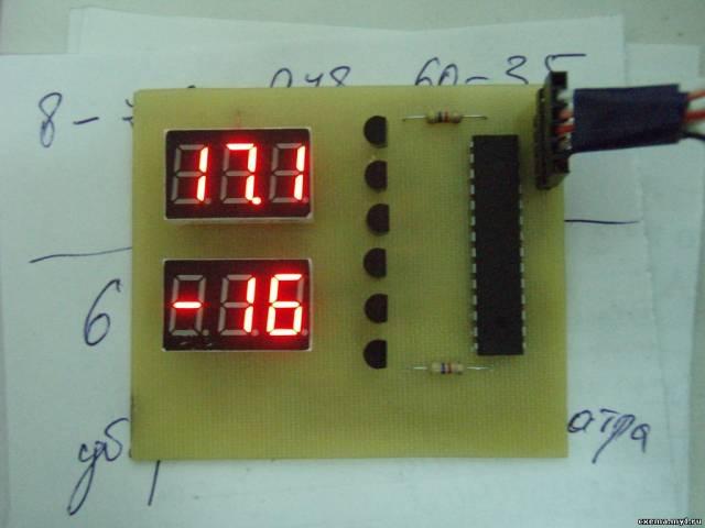 Простенький двухканальный (улица-дом) термометр на восьмёрке с двумя индикаторами.